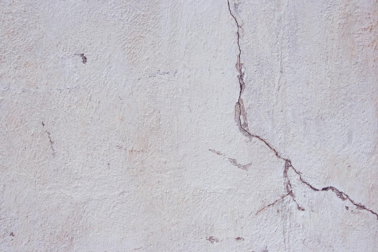 Rysy i pęknięcia na ścianach